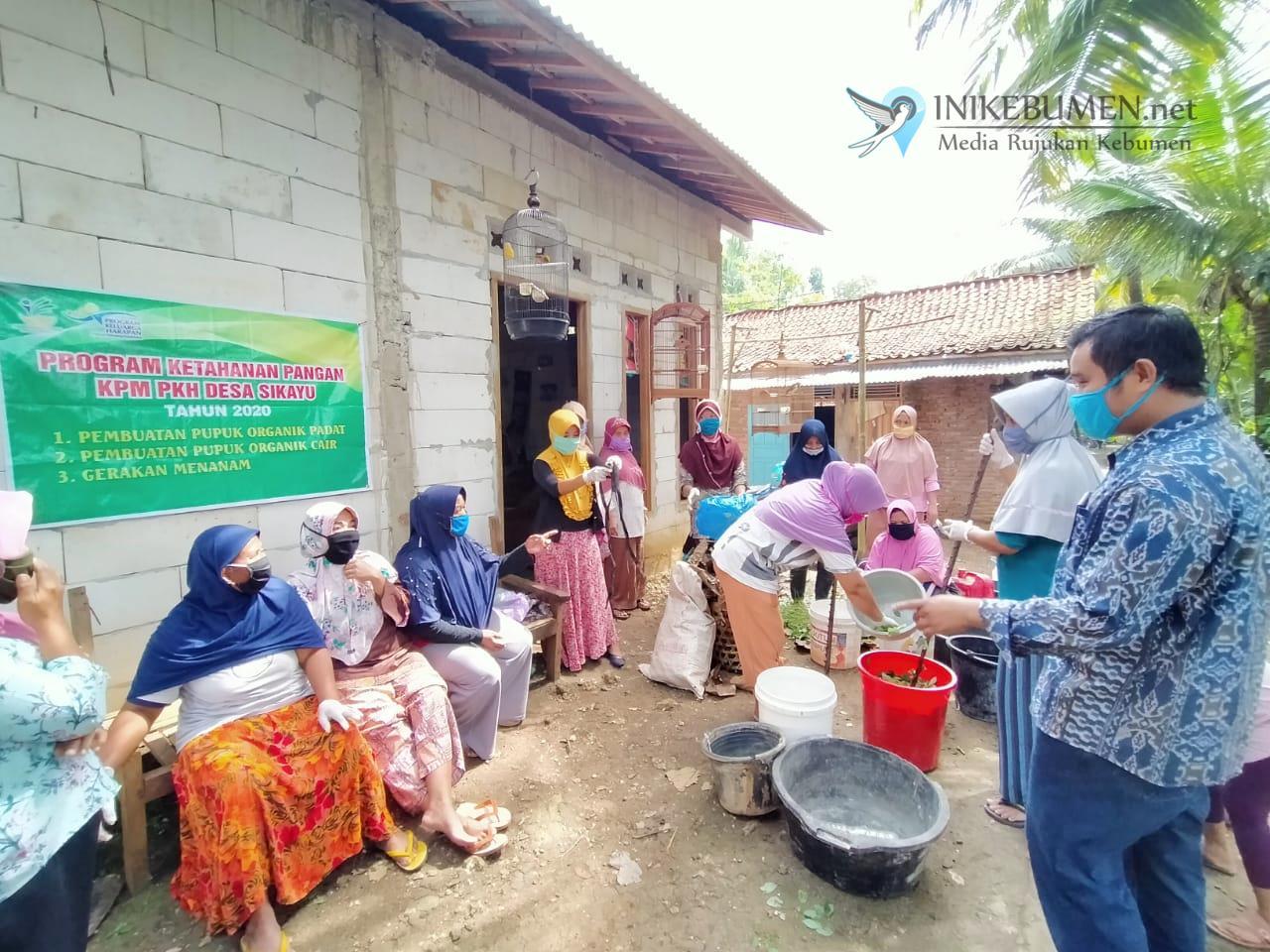 Penerima PKH Desa Sikayu Buayan Dilatih Cara Membuat Pupuk Organik
