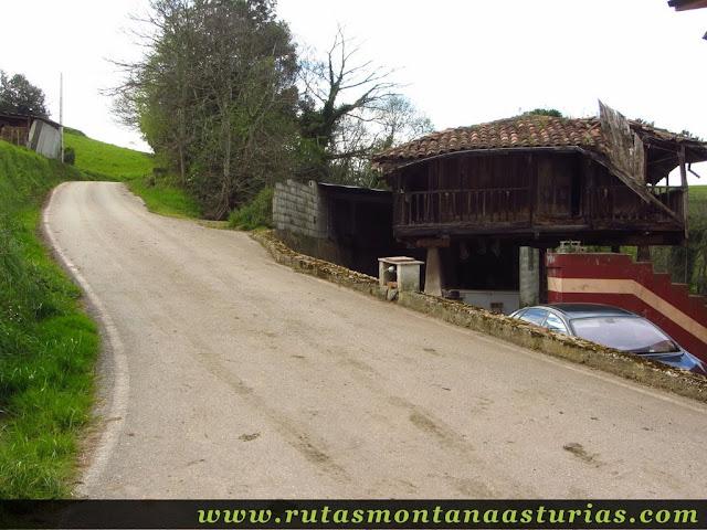 Hórreo y carretera en La Rebollada