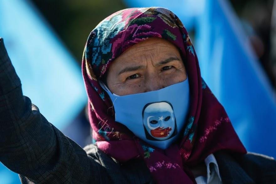 Al Jazeera: Η Κίνα αναγκάζει τους Μουσουλμάνους Ουιγούρους να τρώνε χοιρινό