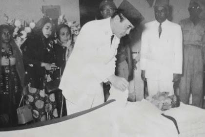 Presiden Sukarno Melayat Jenazah Haji Agus Salim
