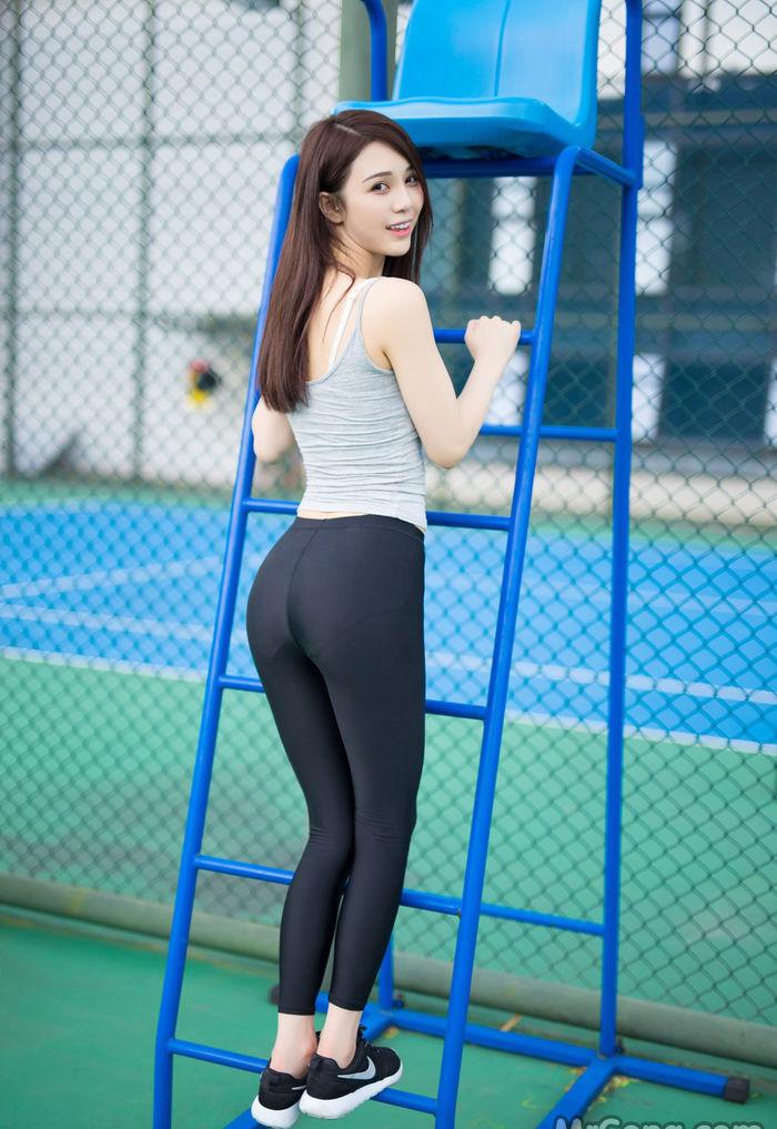 Gái đẹp khoe mông căng mọng trân sân tennis