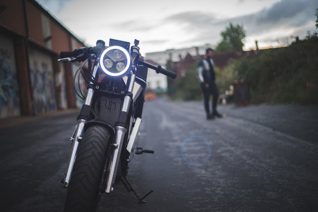 Ja, so möchte man in die Zukunft rasen. Ein elektrisches Motorrad steht auf einem Garagenhof