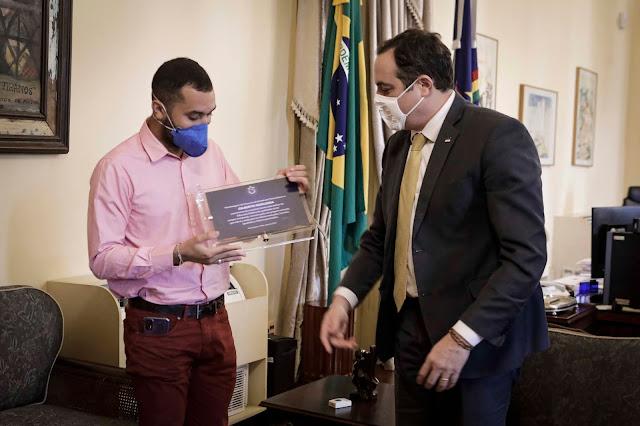 Ex-BBB Gil do Vigor, recebe homenagem do governador Paulo Câmara por defender a educação pública de qualidade