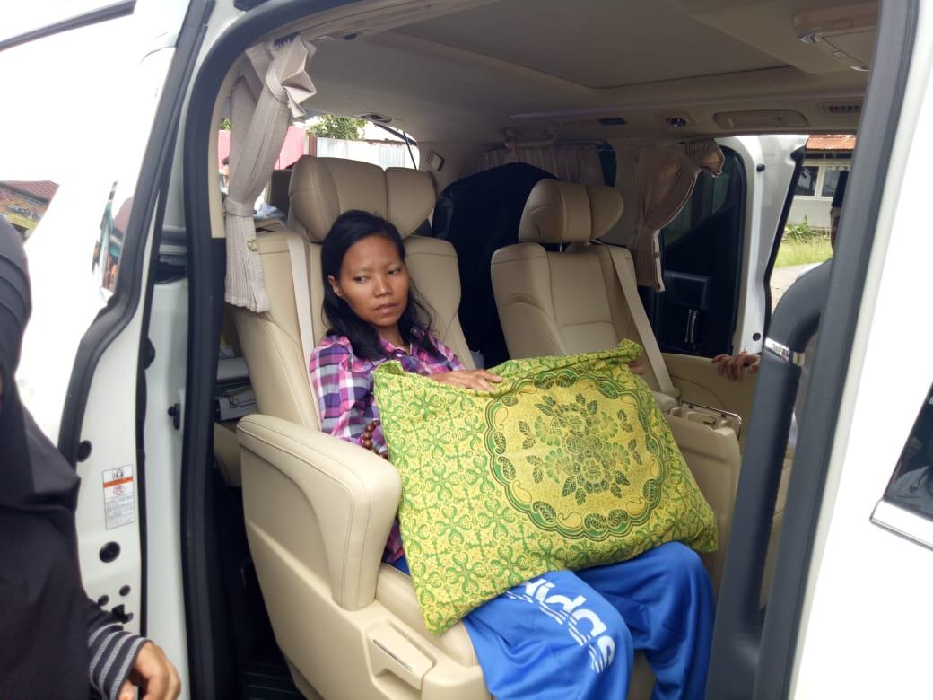 Warganya Kritis, Walikota Bengkulu Pinjamkan Mobil Alphard Untuk berobat ke Palembang