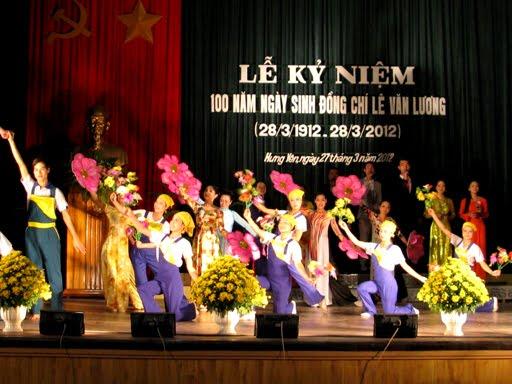Kết thúc chương trình văn nghệ chào mừng với bài hát 'Việt Nam ơi mùa xuân đến rồi đó'