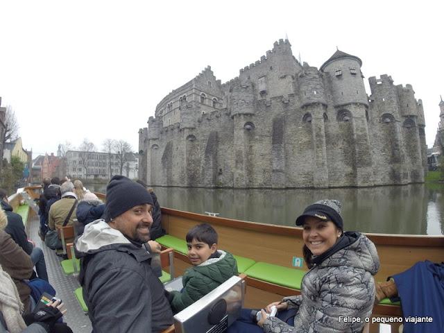 passeando de barco pelos canais de Gent