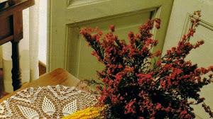 Camino de mesa con rosas y piñas