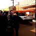 """VÍDEO: Carro da Energisa é """"preso"""" por comunidade por falta de energia"""
