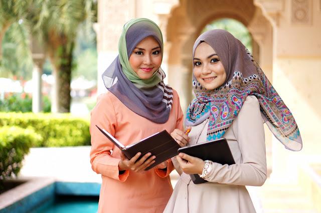 Busana Muslim Berwarna Cerah