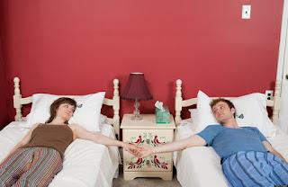 Πόσα ζευγάρια κοιμούνται σε χωριστά κρεβάτια. Νέα έρευνα...