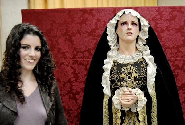 La Bondad y Misericordia acepta la donación de la dolorosa tallada por Ana Rey