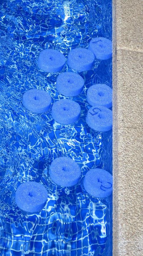 Juguete hecho con churros de piscina preparado para empezar a jugar