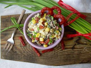 Sałatka z makaronem ryżowym i kabanosami