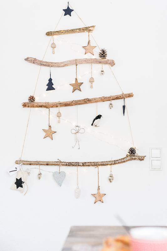 Weihnachtsdekoration mit Weihnachtsbaum zum Hängen aus Ästen, DIY Idee für Weihnachten, Pomponetti