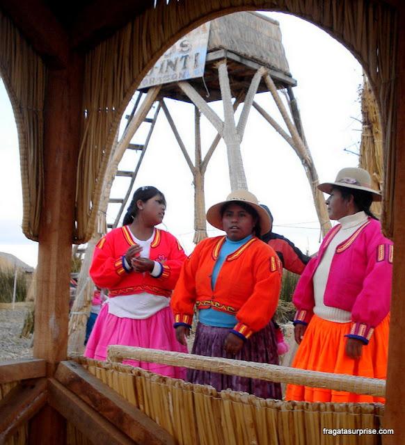 Indígenas do povo Uro cantam para os turistas em uma ilha flutuante, próxima a Puno