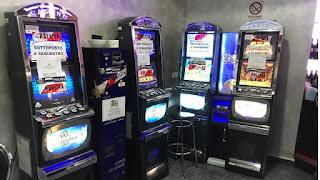 Sigilli della Polizia alle slot machine di una sala giochi