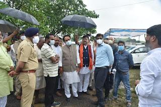 प्रभारी मंत्री के द्वारा बिरकुनिया मे कोविड टीकाकरण केन्द्र का किया गया निरीक्षण