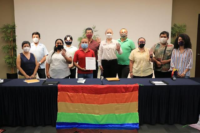 Firma Vero Camino agenda del colectivo LGBTT TIQ+ de Yucatán
