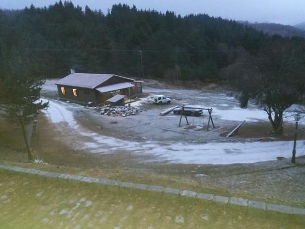 Το πρώτο χιόνι στο Δασικό Χωριό - Βροχές και κρύο στην Ξάνθη