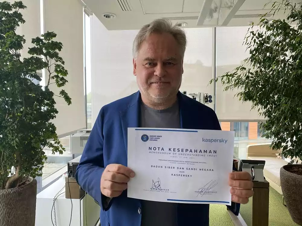 Eugene Kaspersky, CEO of Kaspersky, holding the signed MoU with BSSN