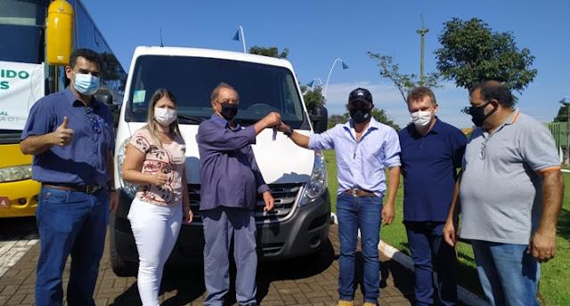 Prefeitura de Roncador entrega ônibus e uma van para a Secretaria de Educação