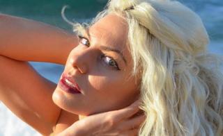 Η καuτή παρουσιάστρια από την Κρήτη κoλάζει δημοσιογράφο στον αέρα