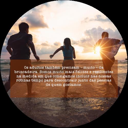 Os adultos também precisam – muito – da brincadeira. Somos muito mais felizes e resilientes na medida em que consigamos incluir nas nossas rotinas tempo para descontrair junto das pessoas de quem gostamos.