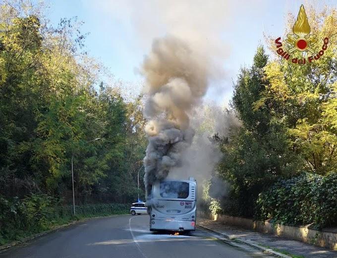 Bus Atac va a fuoco a Roma Nord