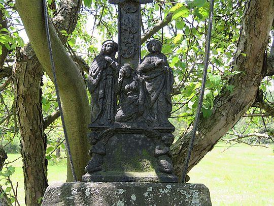 Pasja na krzyżu z 1898 roku podtrzymywana przez aniołki.