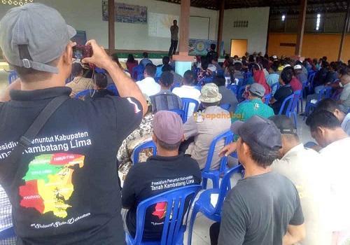 Rapat koordinasi proses pembentukan Kabupaten Tanah Kambatang Lima di Desa Tegalrejo, Kecamatan Kelumpang Hilir.