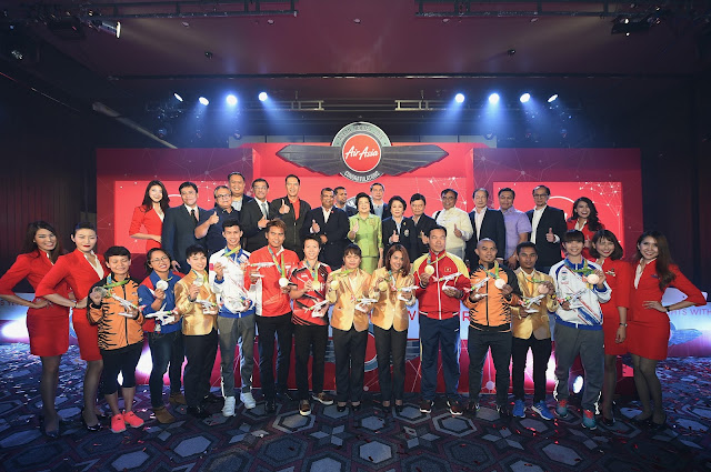 Photo Caption: AirAsia Group CEO Tony Fernandes, AirAsia country CEOs, Asean government officials pose together with Aseanmedallists at the gala event held in the JW Marriott Hotel in Bangkok today.