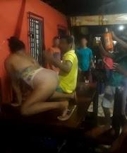 Mulher que dançou em cima da mesa de bar em Lago dos Rodrigues não estava pelada