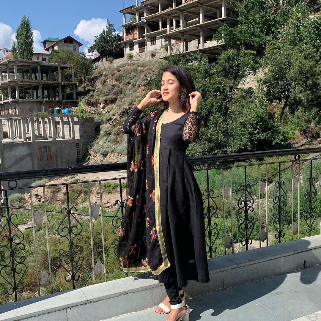 Komal Negi in black dress pic