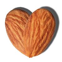 Kalp şeklinde bir çift badem