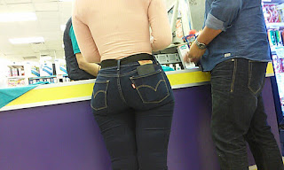 Preciosa mujer nalgas redondas pantalon apretado