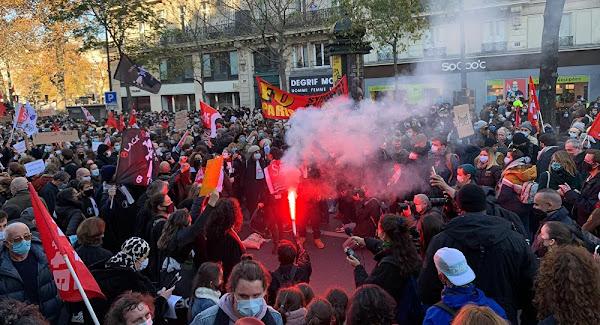 Projectiles, véhicules incendiés, gaz lacrymogène: la manifestation contre la loi Sécurité globale dégénère à Paris