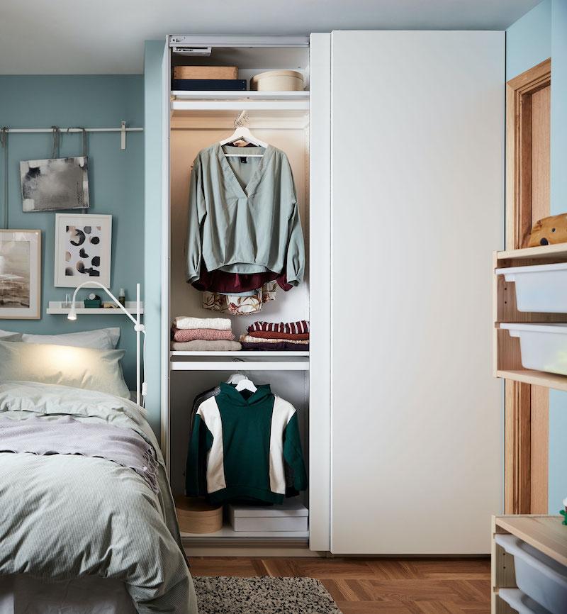 Nuevo catálogo IKEA 21 niños, vuelta al cole: armario PAX con iluminación interior en dormitorio de adolescente.