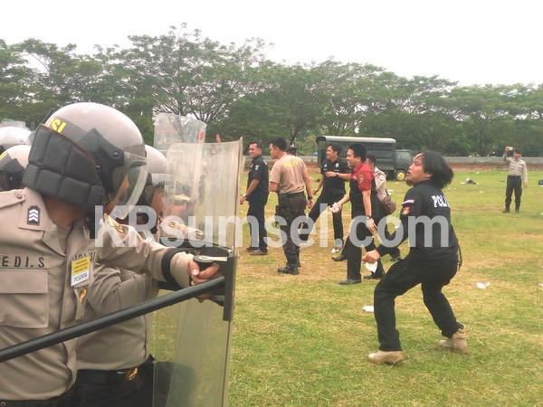 Massa Memberontak, Serang Anggota Polres OKI