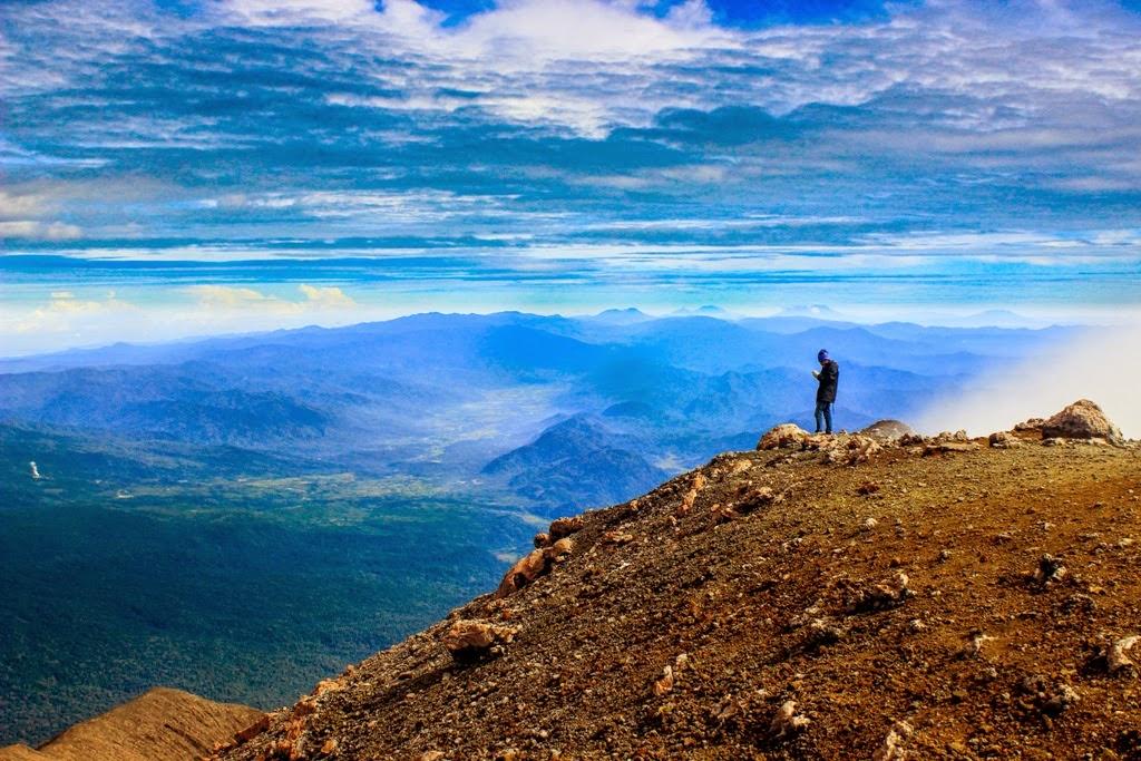 Hasil gambar untuk gambar keren orang lagi dipuncak gunung