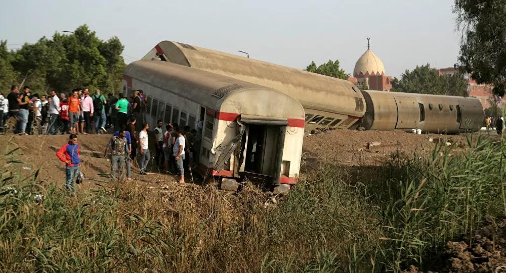 قطار يدهس حافلة ركاب في مصر... فيديو وصور