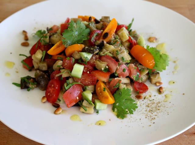 Salade d'aubergines, tomates, concombre, citron et tahini