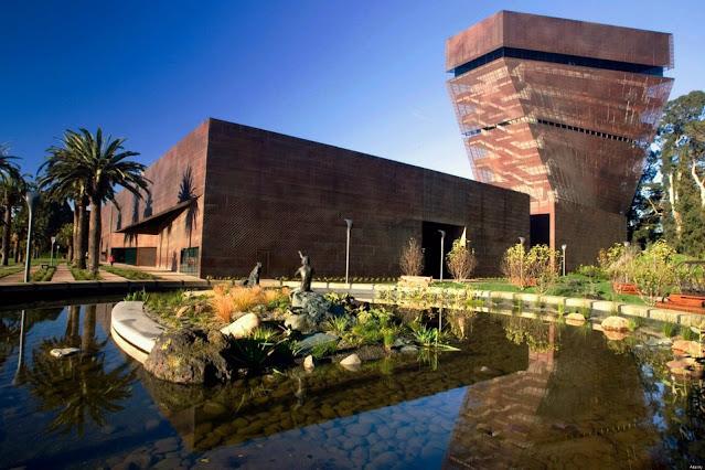 fachada de um museu marrom