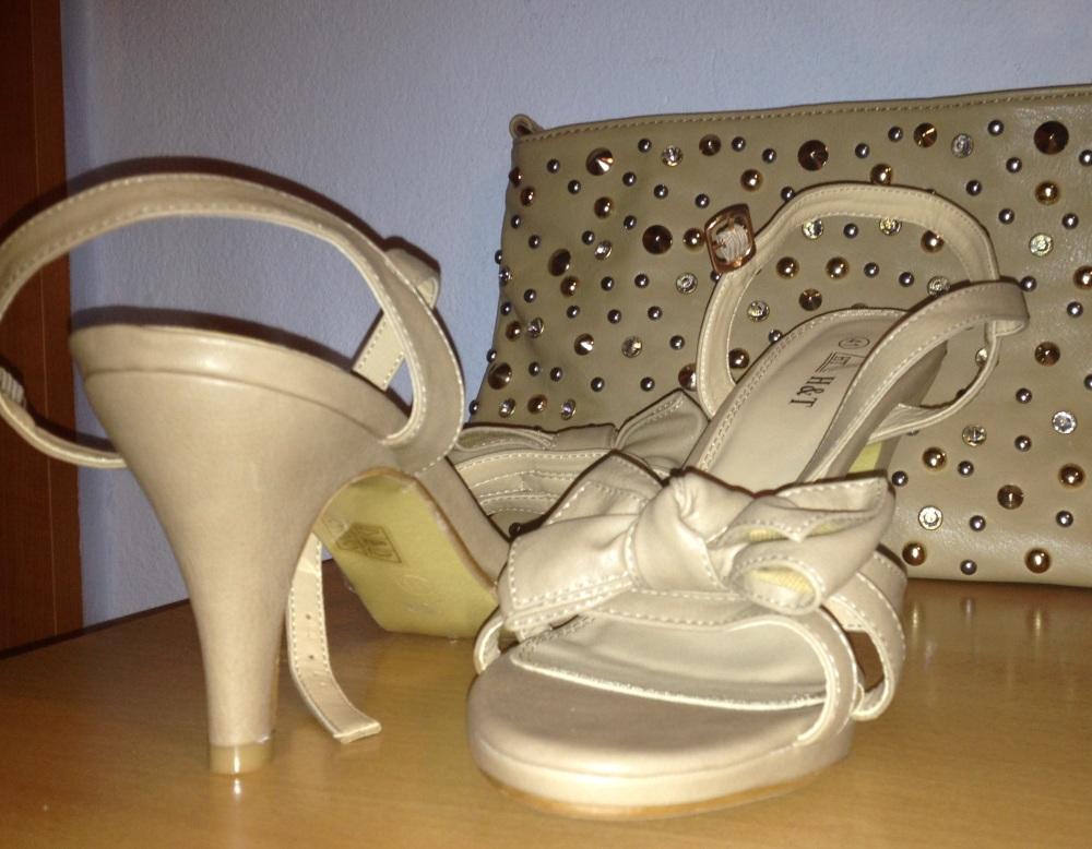 557404f6f4e5 Kabelka je v nude farbe a ladí s mašličkovými sandálikmi (na ďalších  fotkách)