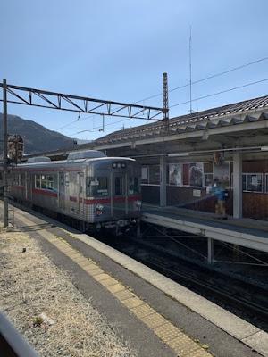 休憩所から見える湯田中駅のホーム