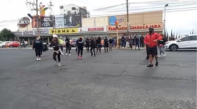 Trabajadores de gimnasios salieron a bailar a las calles de Puebla para pedir apoyos económicos