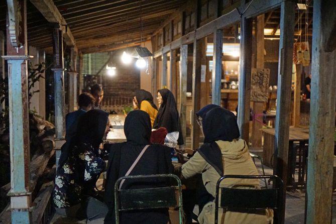 Suasana Abah Kopi Cafe Jogja kala malam hari