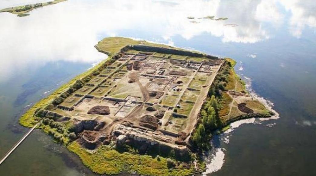 Istana Tengah Danau