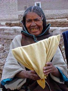 abuela uru, secando la ropa