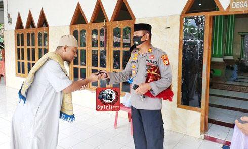 Safari Jum'at, Kapolsek Polsel Bagi-Bagi Masker Dan Himbau Protokol Kesehatan Covid -19
