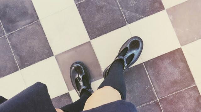 Zapatos estilo merceditas con calcetas negras
